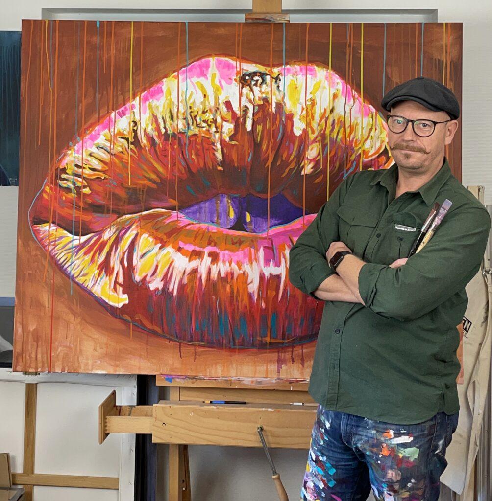 Original popart maleri af sensuelle læber i varme farver med løbende maling, malet af kunstner Allan Buch Maleri til salg