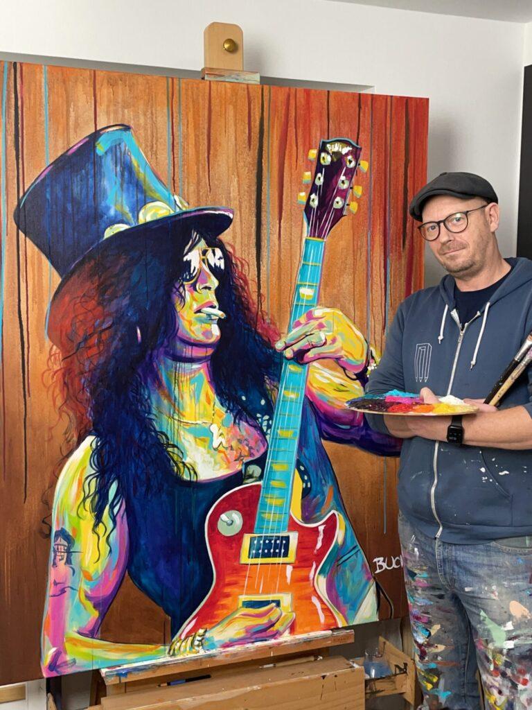 Original popart maleri af guitarist slash fra guns ´n roses med guitar solbriller og cigaret med løbende maling, malet af kunstner Allan Buch Maleri til salg
