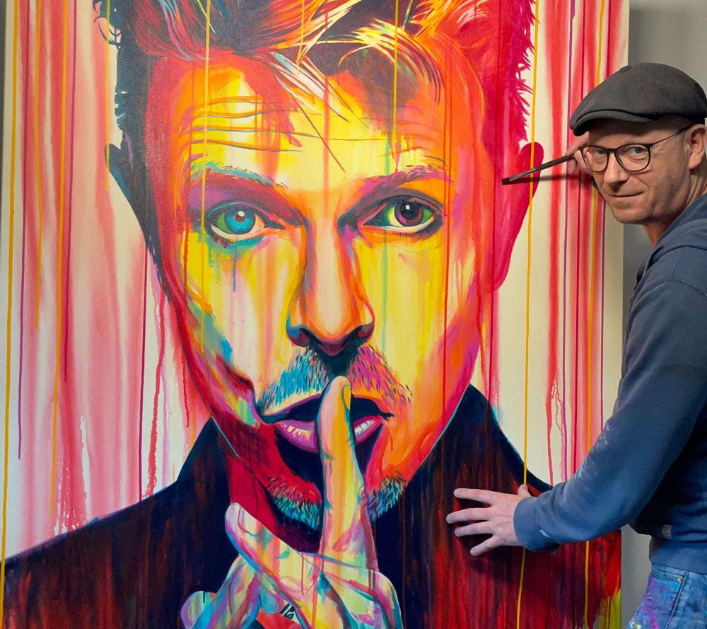 Original popart maleri af David bowie med fingeren for munden med løbende maling, malet af kunstner Allan Buch Maleri til salg